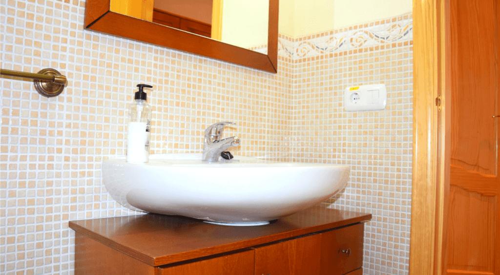 Baño de la habitación familiar de Dalt de Montanejos